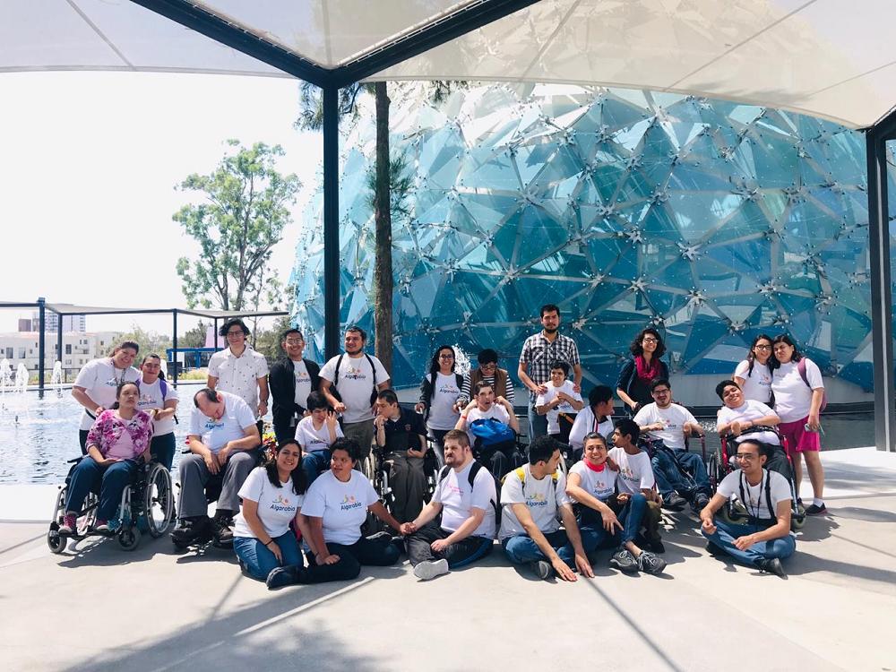 Un grupo de alumnos de la Universidad Marista de Guadalajara realizaron su Servicio Social con la creación de una aplicación que enseñara sobre los Derechos Humanos de las Personas con discapacidad intelectual, aquí nos acompañaron a una visita en el Planetario Lunaria